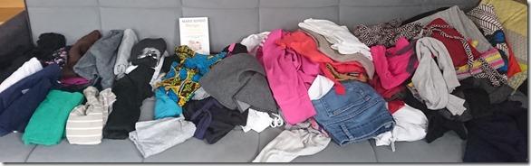 Vêtements étalés sur canapé, à trier_Ababricabrac