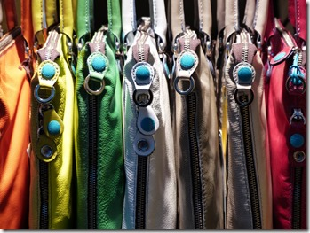 Sacs à main triés, rangés par couleur