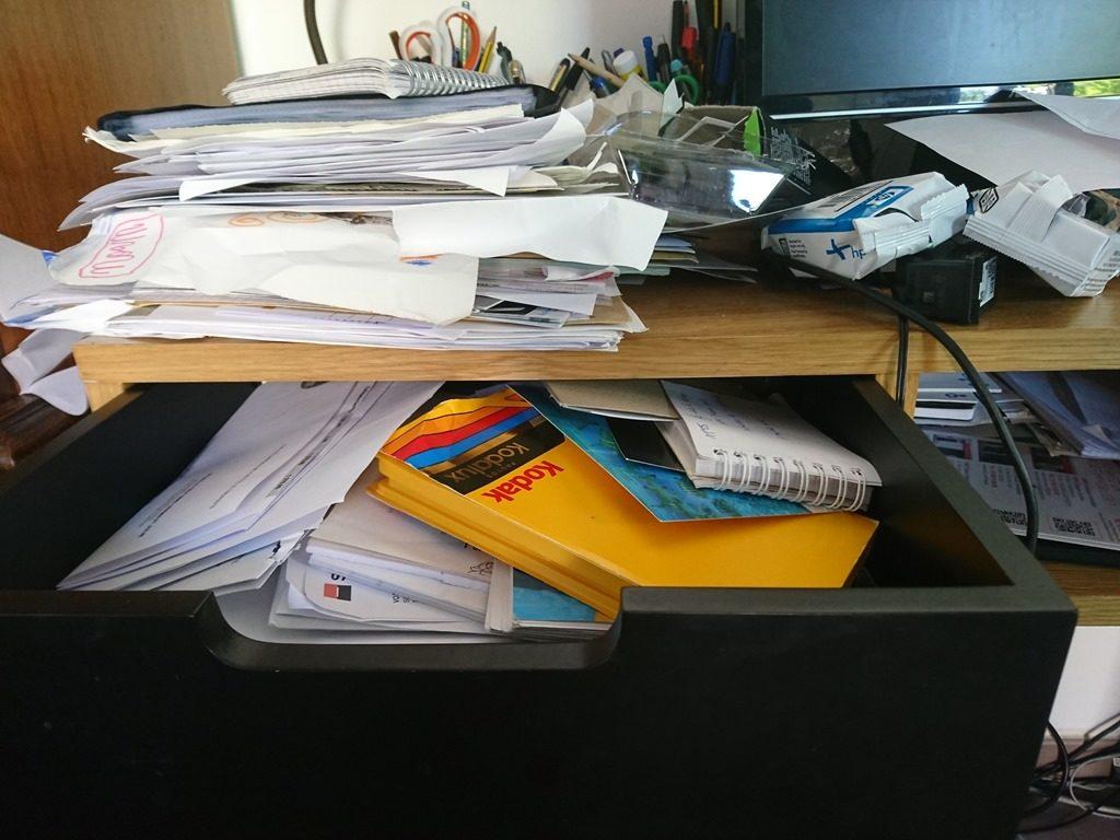 Bureau, encombré, désordre, papiers