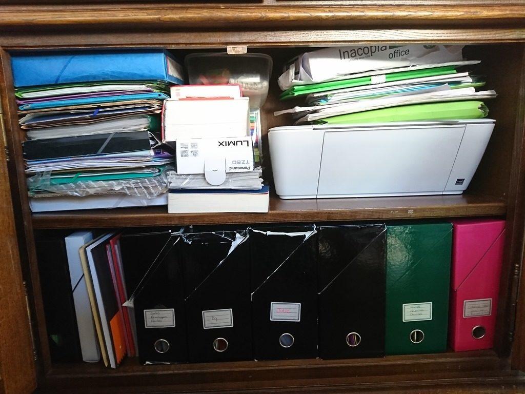 papiers administratifs désordre bazar empilés