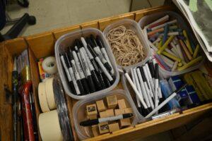 tiroir bureau ouvert, compartiment, stylo, craie, tampon, élastique, rangé