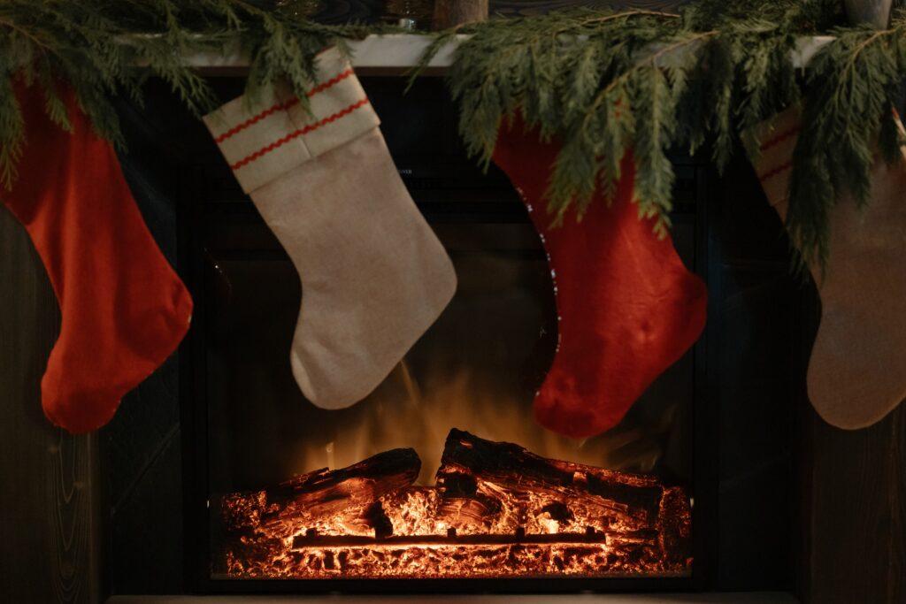 chaussette Noël cadeaux cheminée