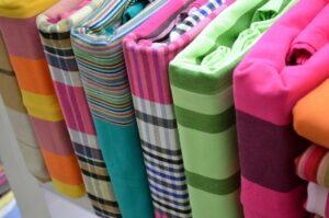 parures linge de lit ranger facilement draps colorés