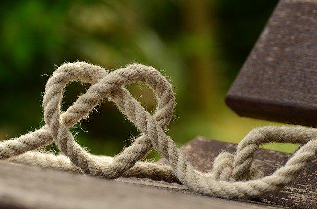 Bordélique sentimentale attaché lié corde nouée cœur sensible